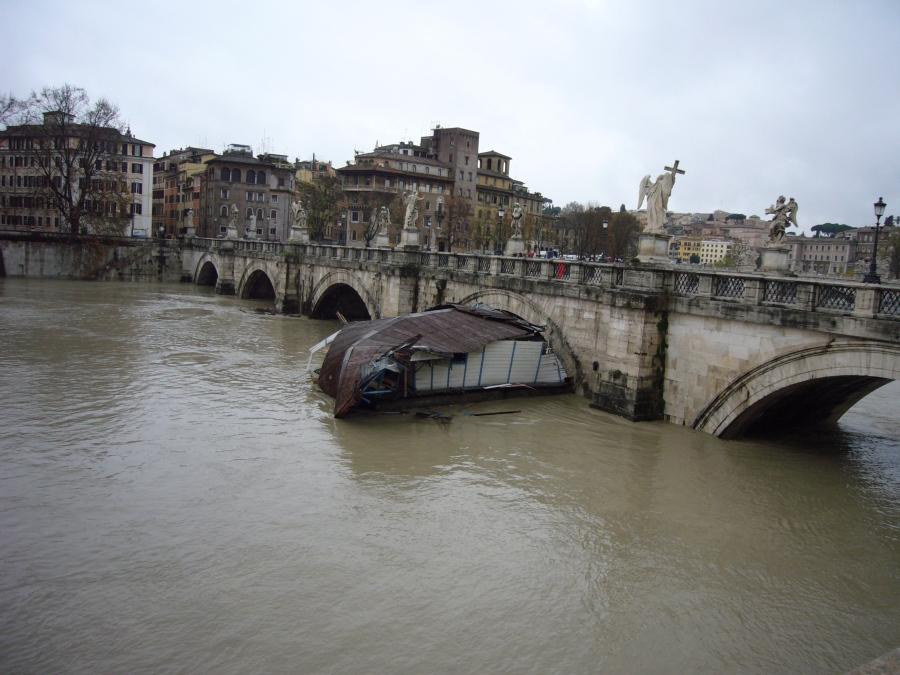 Tiber_in_flood_-_Ponte_Sant'Angelo_-_Rome,_Italy_-_12_Dec._2008